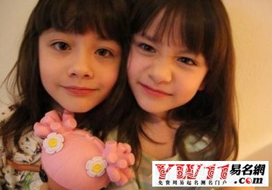 了一对可爱的双胞胎姐妹