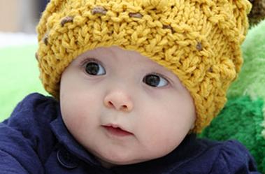 也许小名没有大名那么复杂但是很多家长还是不知道如何为自己的宝宝起一个好听的鸡年男宝宝小名,那么下面就来这里挑选一个合适自己宝宝的鸡年男宝宝小名大全。  鸡年男宝宝小名大全 A字母鸡年男宝宝小名大全 阿峰 阿慧 安琪 昂昂 阿静 阿美 艾艾 爱爱 安安 B字母鸡年男宝宝小名大全 宝宝 贝贝 笨笨 奔奔 包包 彬彬 斌斌 冰冰 兵兵 波波 滨滨 笔笔 C字母鸡年男宝宝小名大全 策策 岑岑 冲冲 虫虫 唱唱 超超 琤琤 晨晨 成成 诚诚 城城 程程 丑丑 臭臭 楚楚 聪聪 淙淙 琮琮 春春 秋秋 畅畅 D字母鸡