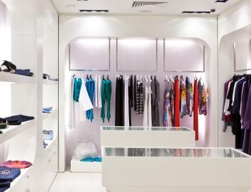 除了店里的装修风格和衣服的款式外,一家女装店的名字也是相当重要的